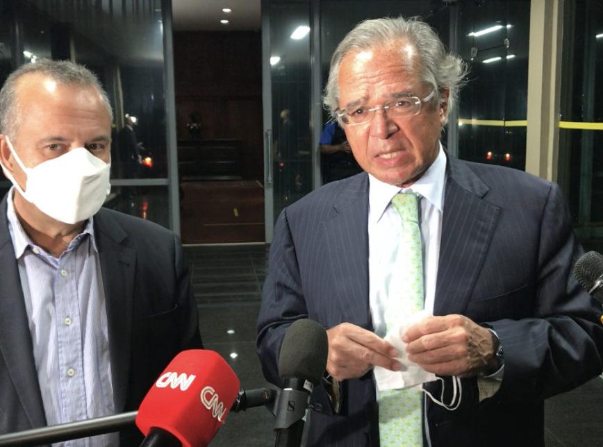 O ministro Paulo Guedes (Economia) com Rogério Marinho (esq.), na noite desta quarta-feira